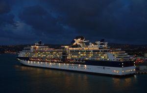kreuzfahrtschiff-bei-nacht