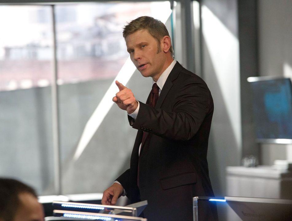 Angeblich um die Menschen zu beschützen, schreckt Dr. Price (Mark Pellegrino) vor nichts zurück ... - Bildquelle: Warner Bros. Entertainment, Inc