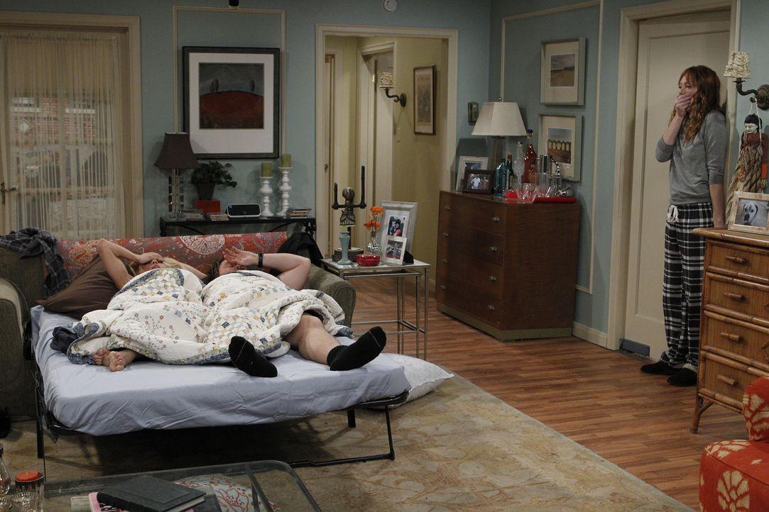 Connie (Judy Greer, r.) ist schockiert, als sie Julia (Brittany Snow, r.) und Larry (Tyler Labine, M.) zusammen in einem Bett erwischt ... - Bildquelle: CPT Holdings, Inc. All Rights Reserved.