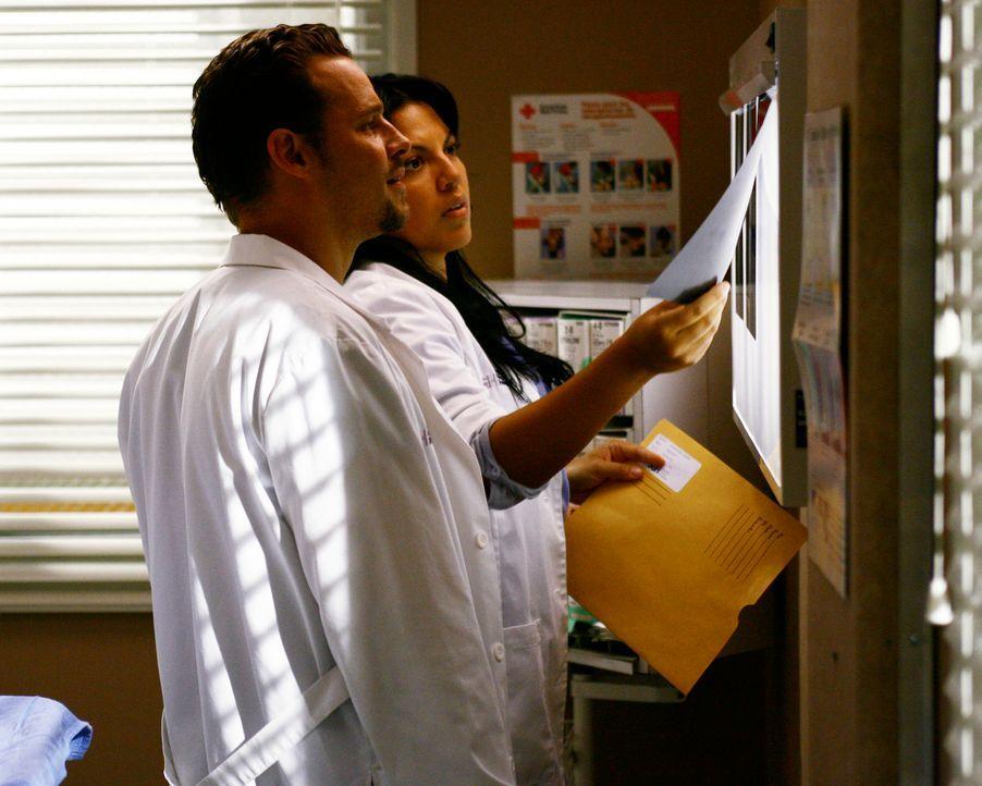 Alex (Justin Chambers, l.) und Callie (Sara Ramirez, r.) müssen einen  Mann mit lädierter Kniescheibe behandeln, dessen wahres  Problem jedoch ein... - Bildquelle: Touchstone Television