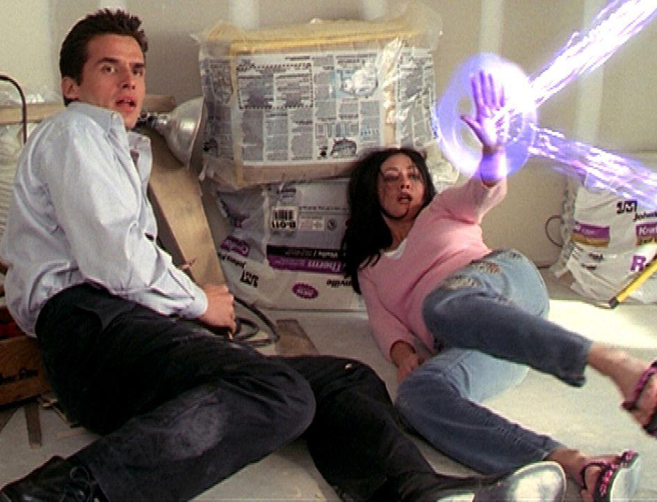 Bane (Antonio Sabàto jr., l.) hat Prue (Shannen Doherty, r.) entführt, da er sich vor einem mächtigen Dämon fürchtet und ihre Hilfe braucht. - Bildquelle: Paramount Pictures