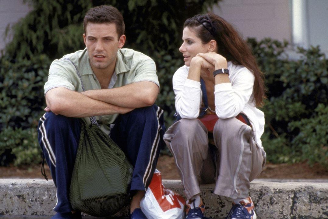Seit Ben (Ben Affleck, l.) die chaotische Sarah (Sandra Bullock, r.) getroffen hat, lassen die Desaster nicht lange auf sich warten ... - Bildquelle: TM+  1999 DreamWorks LLC. All Rights Reserved.