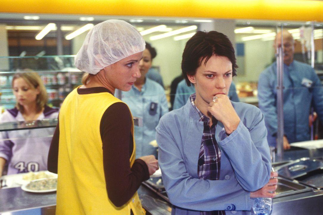 Hanna (Theresa Hübchen, r.) vertraut sich ihrer Freundin Ulrike (Astrid Posner, l.) an - sie hat einen schrecklichen Verdacht ... - Bildquelle: Thiel Sat.1