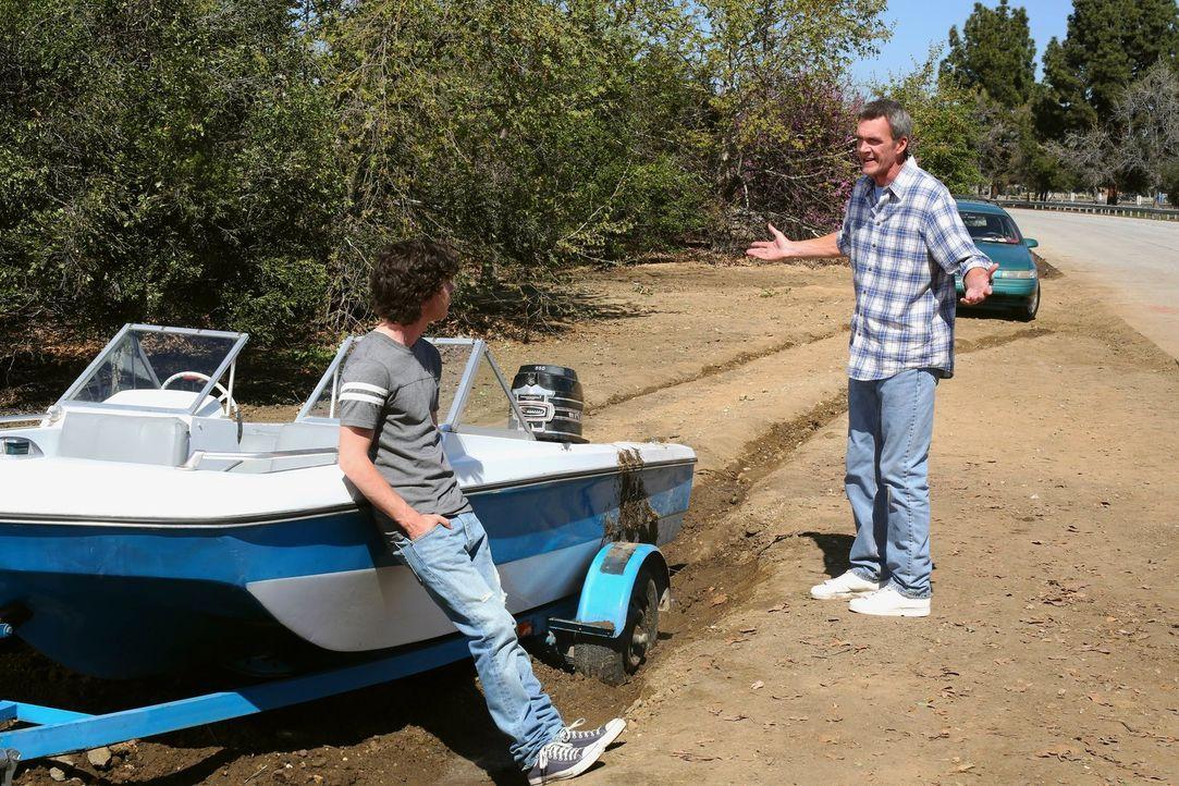 Mikes (Neil Flynn, r.) und Axls (Charlie McDermott, l.) Angeltrip verläuft vollkommen anders, als geplant ... - Bildquelle: Warner Brothers