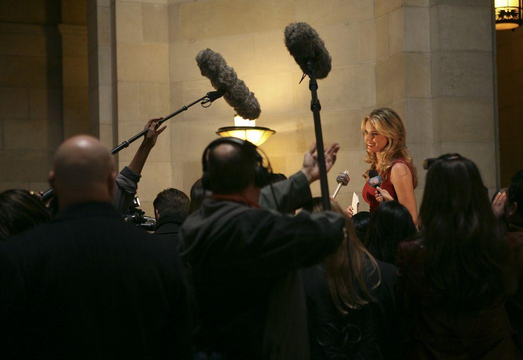 Gibt bekannt, dass sie die Geschäftsleitung übernimmt: Alexis (Rebecca Romijn) ... - Bildquelle: Buena Vista International Television