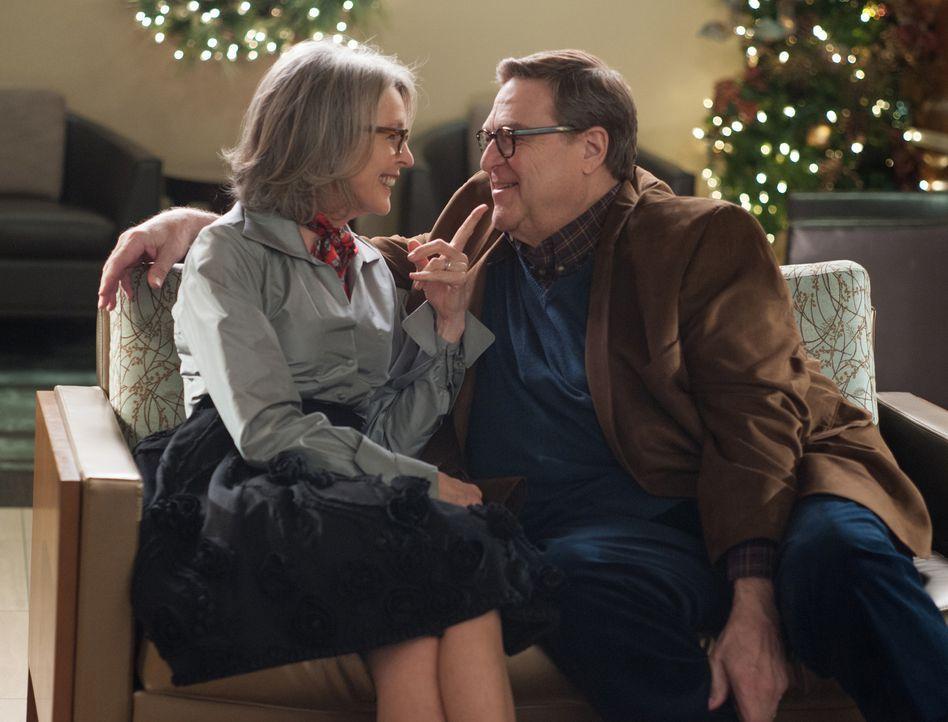 An Weihnachten eskalieren die meisten Streitigkeiten. Anders als gedacht, raufen sich Sam (John Goodman, r.) und Charlotte (Diane Keaton, l.) trotz... - Bildquelle: Susanne Tenner 2015 CBS Films Inc. All Rights Reserved.