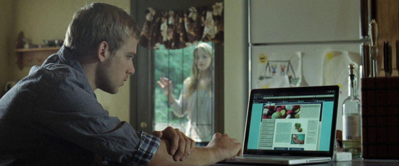 Sieht sich Ryan (Max Thieriot, vorne) Elissas (Jennifer Lawrence, hinten) Profil wirklich nur an, um mehr von ihrer Musik zu hören? - Bildquelle: 2011 HATES, LLC.  All Rights Reserved.