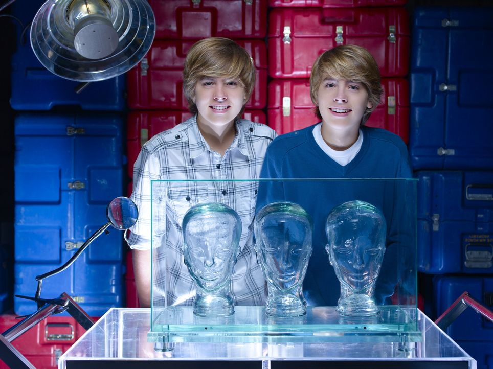 Machen einem Zwillings-Spuk ein Ende: Cody (Cole Sprouse, r.) und Zack (Dylan Sprouse, l.) ... - Bildquelle: 2010 Disney Enterprises, Inc. All rights reserved.