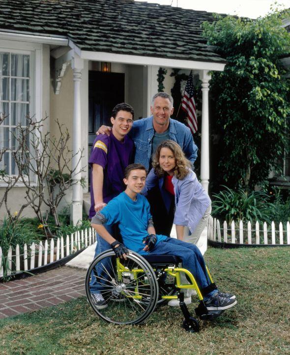 Eine Familie, die nicht aufgibt: Seth (Patrick Levis, l.) und sein Daddy Myron (Rick Rossovich, r.), Justin (Frankie Muniz, vorne l.) mit Mama Sheil... - Bildquelle: Disney