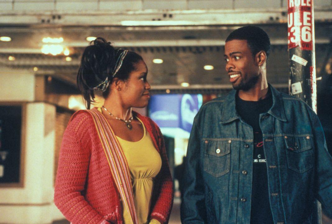 Zurück auf der Erde verliebt sich Lance (Chris Rock, r.) sofort in die engagierte Aktivistin Sontee (Regina King, l.). Dummerweise steckt er aber in... - Bildquelle: Paramount Pictures