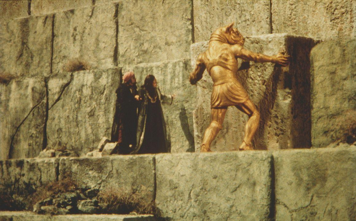 Minathon verschafft Zenobia (Margaret Whiting) Zugang zum Schrein, der angeblich magische Kräfte besitzt ... - Bildquelle: Columbia Pictures