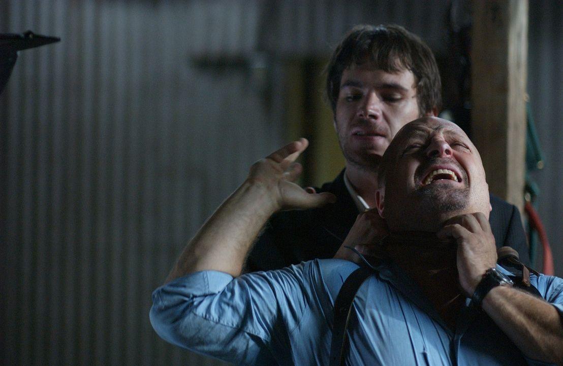 Obwohl sein Gegner ein hemmungsloser Vampir (James D'Arcy, hinten) ist, nimmt der Cop Clyde Rawlins (Michael Chiklis, vorne) den Kampf gegen ihn auf...