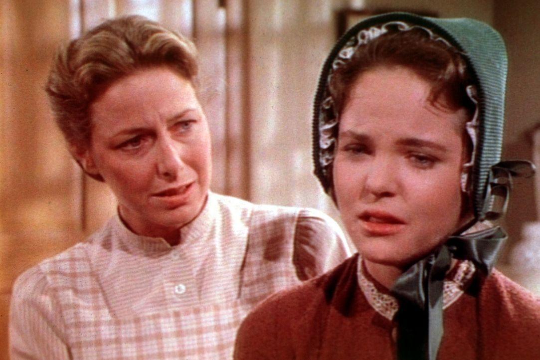 Mary (Melissa Sue Anderson, r.) macht sich große Sorgen um ihren Ehemann. Caroline (Karen Grassle, l.) versucht, ihre Tochter zu trösten. - Bildquelle: Worldvision