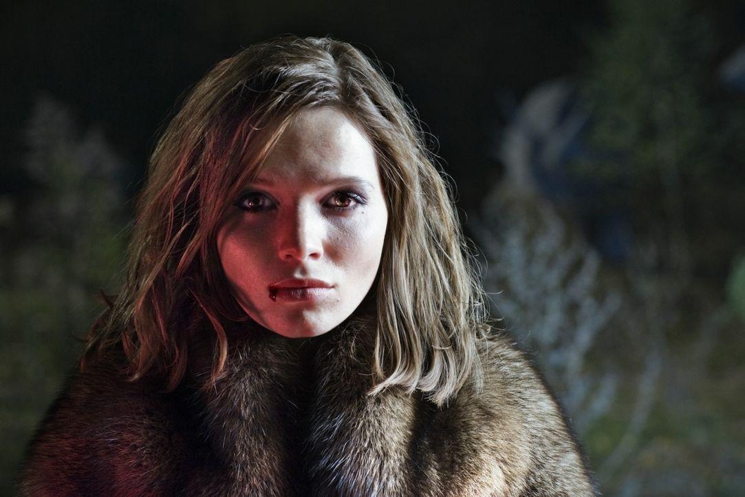 Nach wenigen Wochen unbeschwerten Vampirdaseins hat Lena (Karoline Herfurth) die Nase voll vom ewigen Blutschlecken. Da heftet sich ein gutaussehend... - Bildquelle: 2010 Constantin Film Verleih GmbH.
