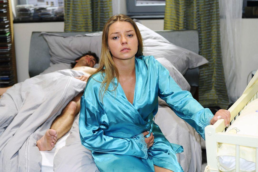 Katja (Karolina Lodyga. r.) ist verzweifelt und wird gegenüber Jonas (Roy Peter Link, l.) von einem schlechten Gewissen geplagt. - Bildquelle: Oliver Ziebe Sat.1