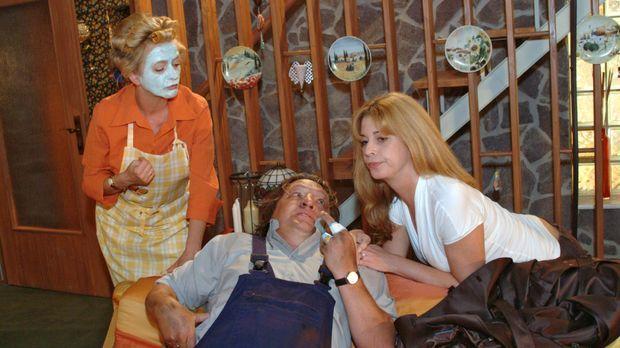 Helga (Ulrike Mai, l.) ist verwundert, als Bernd (Volker Herold, M.) mit Laur...