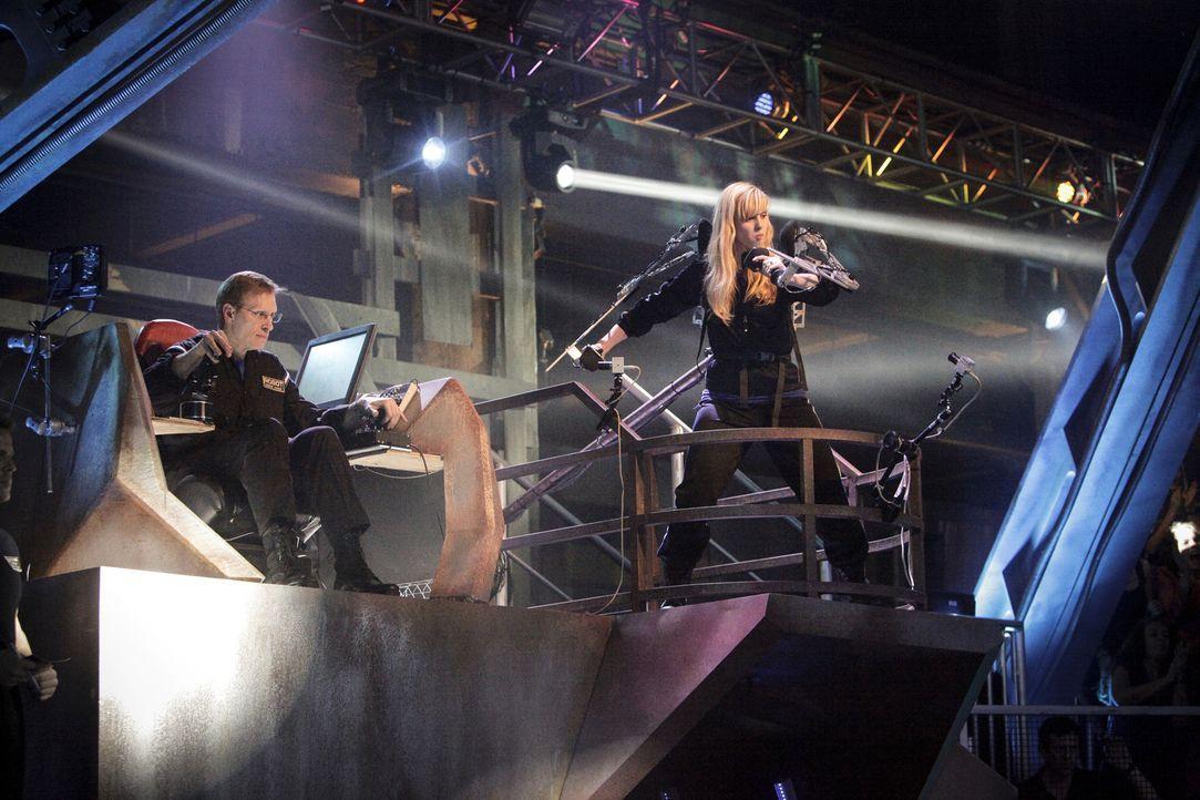 Welches Team hat den effektivsten Kampfstil? Team Crash mit Robo-Jockey Amber Shinsel (r.) und Robo-Tech Dave Shinsel (l.) gibt alles ... - Bildquelle: Nicole Wilder 2012 Syfy Media LLC