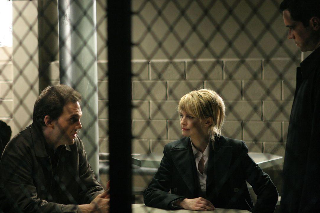 Det. Scott Valens (Danny Pino, r.) und Det. Lilly Rush (Kathryn Morris, M.) unterhalten sich mit dem Häftling James Hogan (Silas Weir Mitchell, l.)... - Bildquelle: Warner Bros. Television