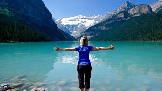 Frau alleine auf Reisen an einem See