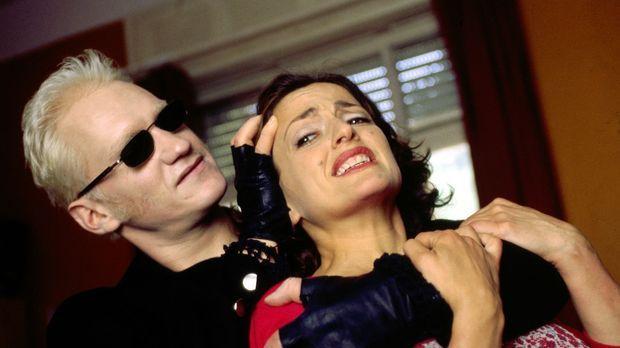 Didier (Joachim Paul Assböck, l.) lauert Anna (Nicole Ansari, r.) in Jupps Wo...