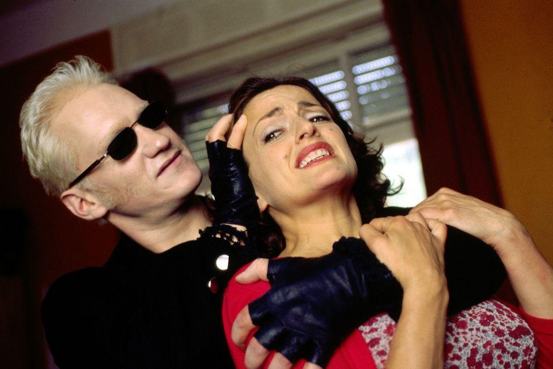 Didier (Joachim Paul Assböck, l.) lauert Anna (Nicole Ansari, r.) in Jupps Wohnung auf, bedroht sie und versucht, sie zu vergewaltigen. - Bildquelle: Dobrivoie Kerpenisan Sat.1
