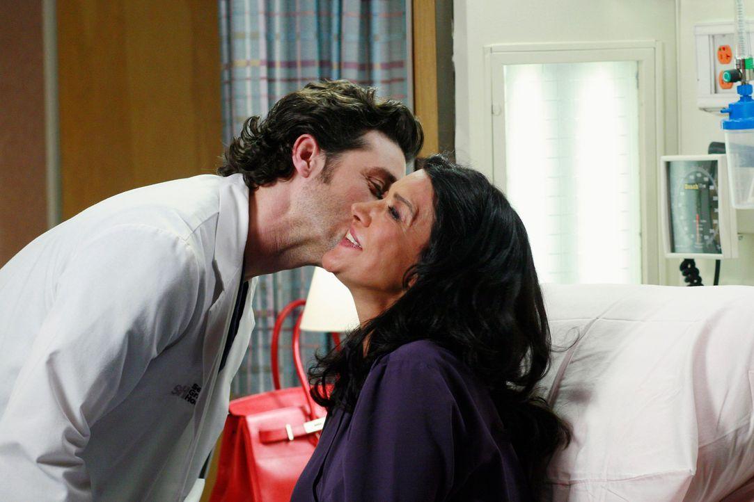 Derek (Patrick Dempsey, l.) kümmert sich um Dr. Helen Crawford (Shohreh Aghdashloo, r.), eine gute Bekannte von ihm, die an Gehirntumor leidet ... - Bildquelle: Touchstone Television