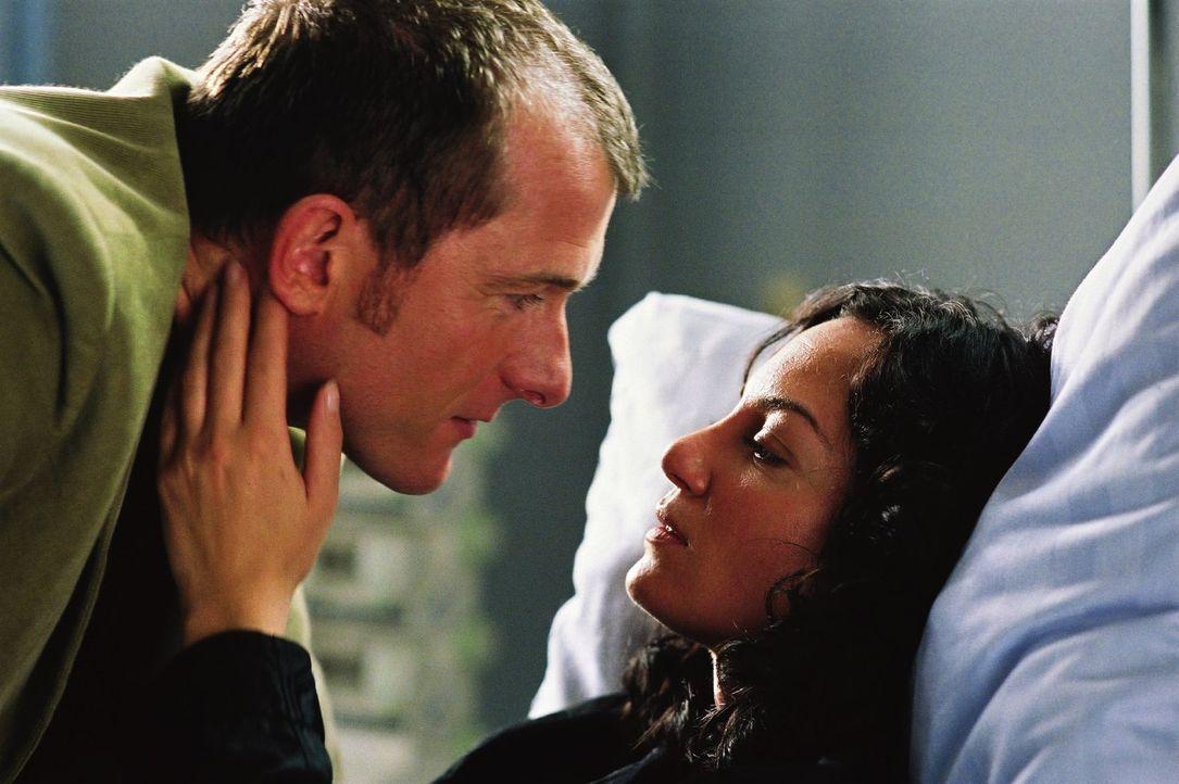 Seitdem sie aus Texas zurückgekehrt ist, findet Katharina (Natalia Wörner, r.) nicht mehr in ihr altes Leben mit Stefan (Martin Lindow, l.) zurück. - Bildquelle: Sat.1