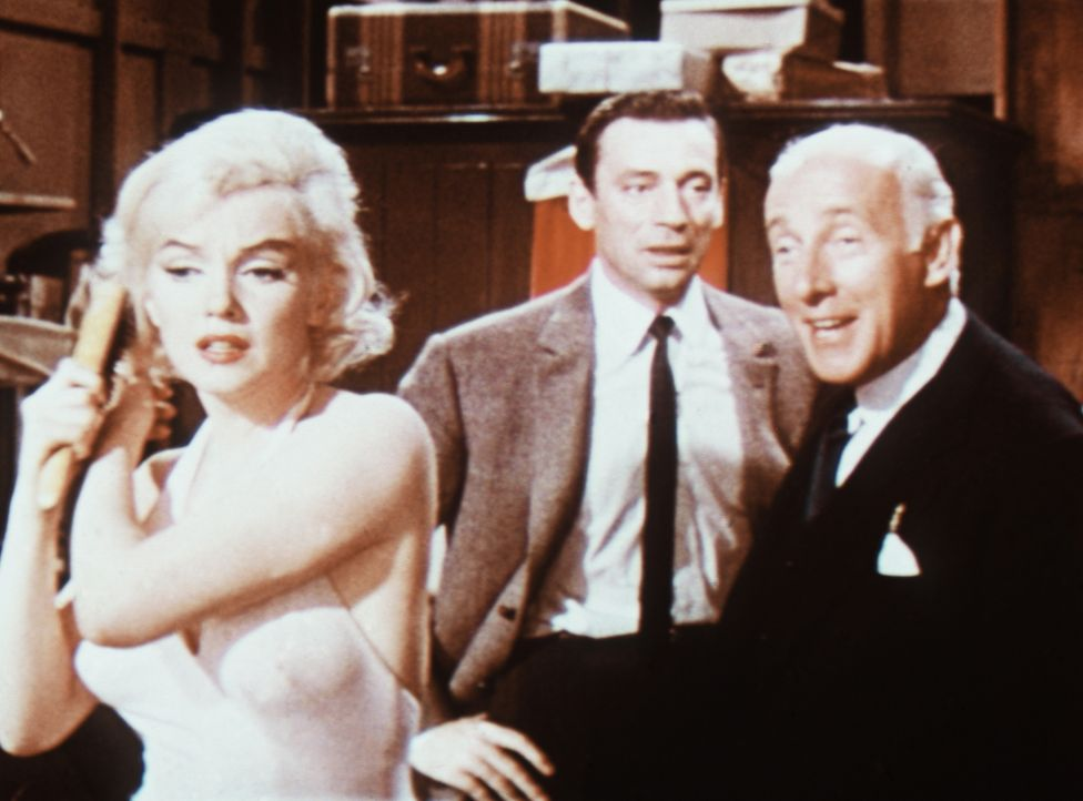 Jean-Marc Clements (Yves Montand, M.) Anwalt John Wales (Wilfried Hyde-White, r.) weiß nicht so recht, was er von der Tänzerin Amanda (Marilyn Monro... - Bildquelle: 20th Century Fox Film Corporation