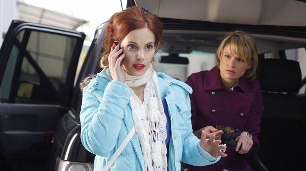 Manu (Marie Zielcke, l.) und Jessica (Isabell Ege, r.) versuchen die wahre Ur...
