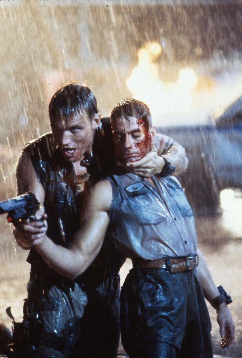 Als der alte Hass wieder aufflammt, entbrennt ein gnadenloser Kampf zwischen den beiden Universal Soldiers Luc (Jean-Claude Van Damme, r.) und Andre... - Bildquelle: 1992 TriStar Pictures