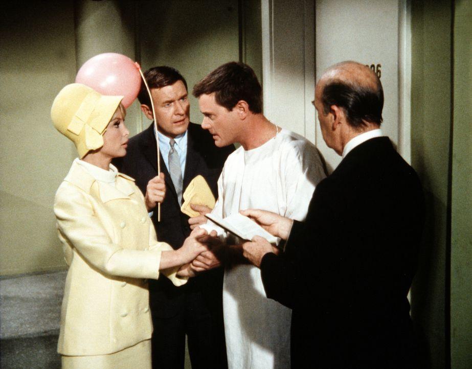 Roger (Bill Daily, 2.v.l.) und Jeannie (Barbara Eden, l.) sind traurig, als Tony (Larry Hagman, 2.v.r.) nach der Aufhebung des Zaubers nicht mehr daran denkt, zu heiraten ...