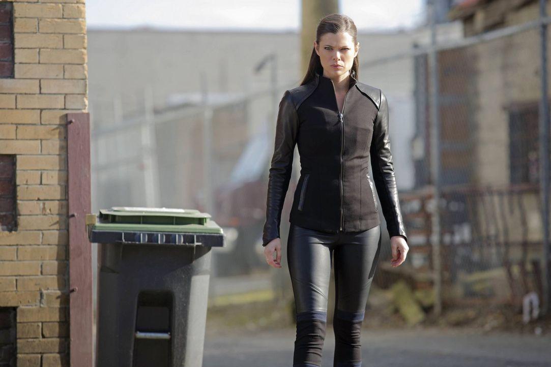 Cara (Peyton List) begibt sich auf die Suche nach einem neuen Mutanten und muss feststellen, dass diese Person ihr besonders nahe steht ... - Bildquelle: Warner Bros. Entertainment, Inc
