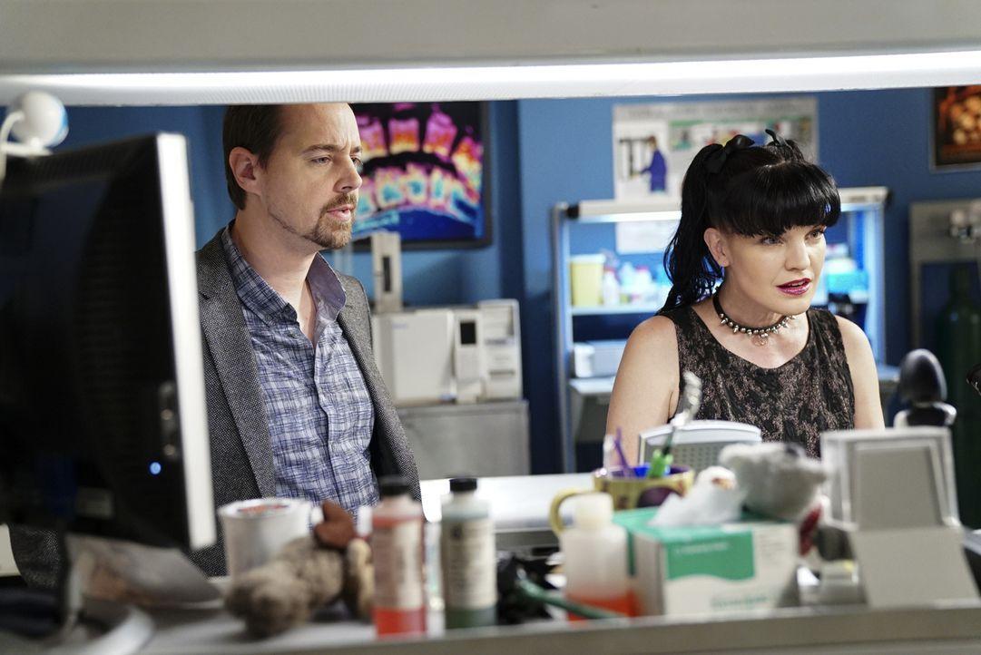 McGee (Sean Murray, l.) bringt einen Fingerabdruck, der am Tatort gefunden wurde, zu Abby (Pauley Perrette, r). In der Datenbank wird sie schnell fü... - Bildquelle: Sonja Flemming 2017 CBS Broadcasting, Inc. All Rights Reserved.