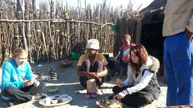 In Namibia bei Familie Kambalas bekommen Jaqueline (l.) und Selina (r.), die...