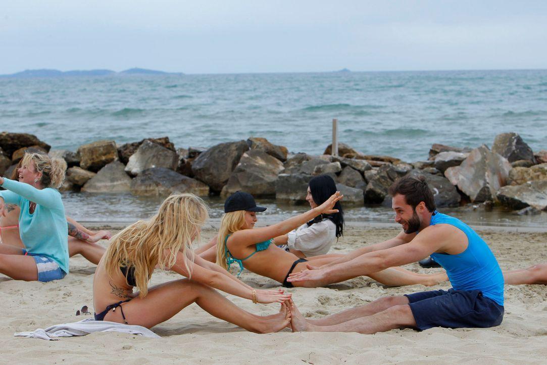 Auch Peter (r.) turnt mit den jungen Frauen im Sand ... - Bildquelle: Richard Hübner ProSieben