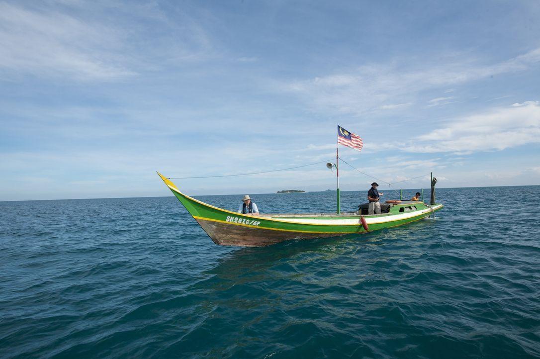 Sir David Attenborough in einem Fischerboot vor Selingaan Island in Malaysia. Der britsiche Tierfilmer reist zurück zu den schönsten Plätzen, die er... - Bildquelle: Adam Scott Adam Scott