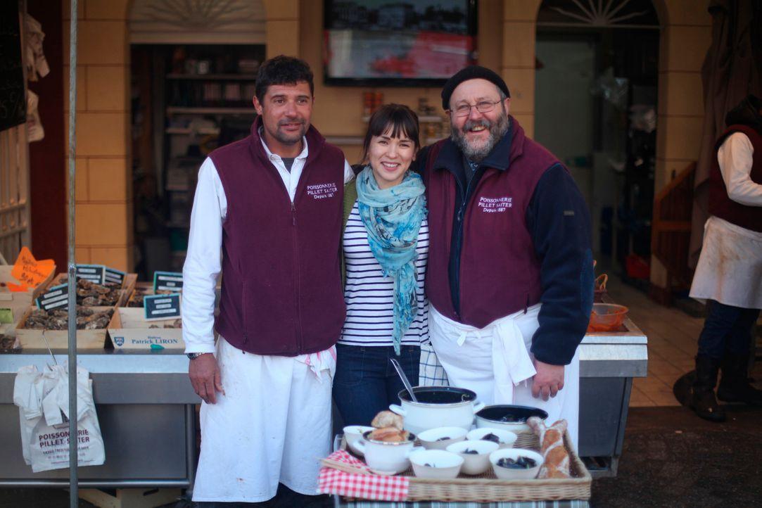 Für ein Wochenende macht sich Rachel Khoo (M.) auf den Weg nach Trouville, besucht dort Sebastien Saiter (l.) und Dominique Pillet (r.) und kocht Mu... - Bildquelle: Daniel Lucchesi Plum Pictures 2012