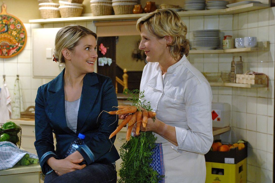 Susanne (Heike Jonca, r.) freut sich, dass Anna (Jeanette Biedermann, l.) sich nicht gleich in eine neue Liebe stürzt. - Bildquelle: Oliver Ziebe Sat.1