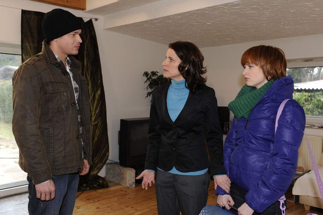 Jens Mirbach (Michael Starkl, l.) droht Sophie (Franciska Friede, r.) und ihrer Mutter Monika (Stefanie Höner, M.), die Wahrheit über Franziskas T... - Bildquelle: SAT.1