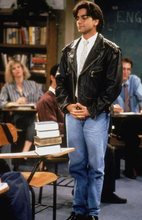 Jesse (John Stamos) nimmt allen Mut zusammen und geht zur Abendschule, doch dort trifft er auf eine Person aus seiner Vergangenheit ... - Bildquelle: Warner Brothers Inc.