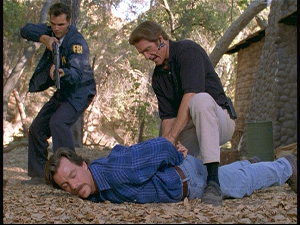Steve (Barry Van Dyke, r.) und ein FBI-Agent (l.) haben Spinks, den mutmaßlichen Erpresser und Mörder, nach einer dramatischen Verfolgungsjagd geste... - Bildquelle: Viacom