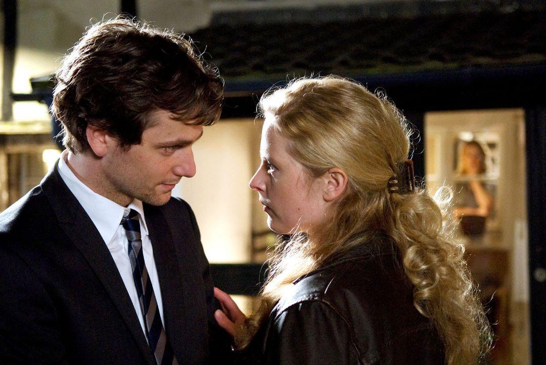 Der Abend endet im Streit und überstürzt verlässt Greta (Diana Amft, M.) mit ihrem Mann David (Florian Stetter, l.) das Haus ihrer Mutter Christiane... - Bildquelle: Willi Weber Sat.1