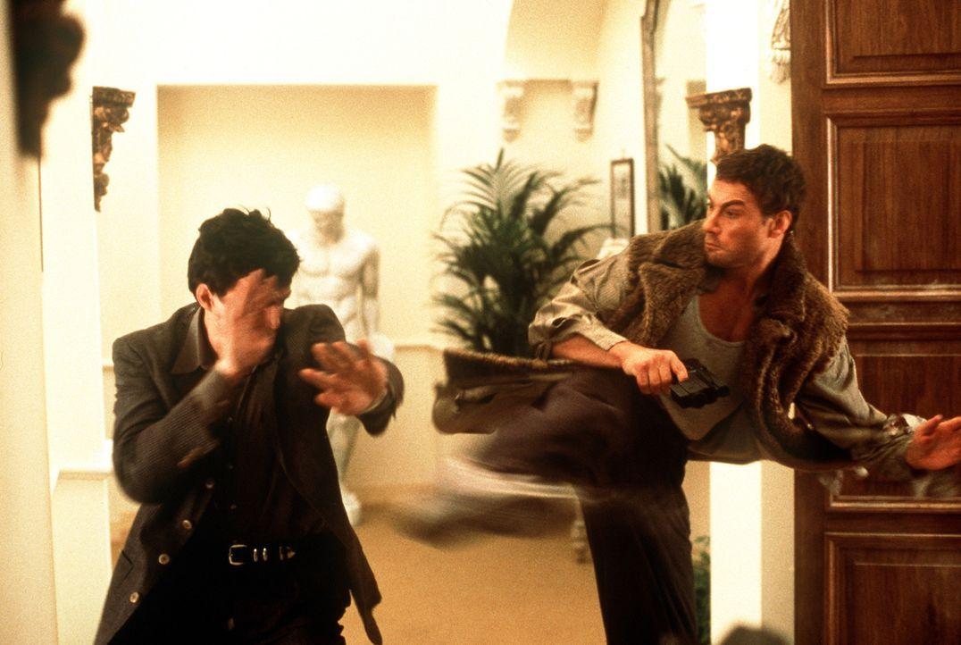 Unnachgiebig verfolgt Jack (Jean-Claude Van Damme, r.) den gefährlichen Top-Terroristen Stavros nach Rom. Doch dann entführt dieser Jacks schwangere... - Bildquelle: Columbia TriStar