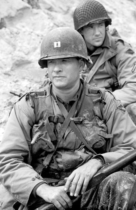 Captain Miller (Tom Hanks, vorne) und der Reiben (Edward Burns, hinten) sollen einen hinter den feindlichen Linien abgesprungenen Fallschirmjäger na... - Bildquelle: United International Pictures