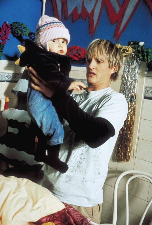 Zunächst will Frank (Niki Jondral) das kleine Mädchen so schnell wie möglich wieder loswerden. Doch die Mutter des Kindes bleibt unauffindbar  ... - Bildquelle: ProSieben
