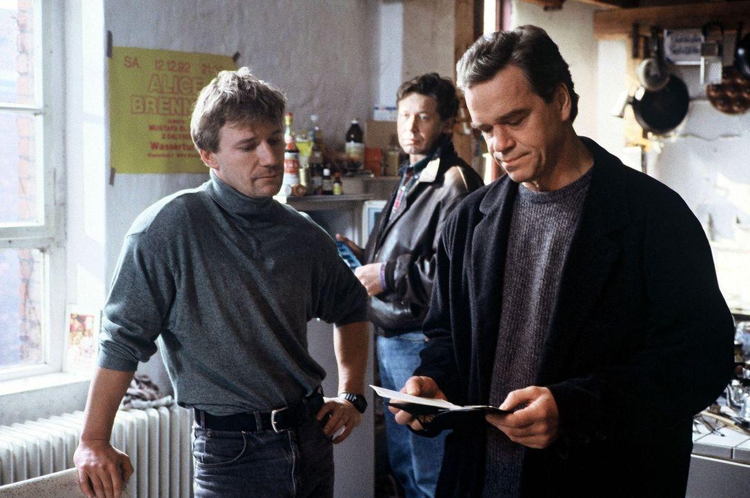 Kommissar Wolff (Jürgen Heinrich, r.) ist auf der Suche nach dem Mörder des homosexuellen Tänzers Olaf Hahn. Wolff und sein Kollege Horst Buchwald (... - Bildquelle: Alfred Raschke Sat.1