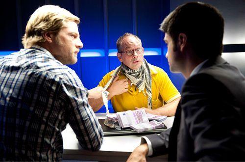 Mick (Henning Baum, l.) und Andreas (Maximilian Grill) kommt der Verdacht, dass Falko Schlosser (Michael Lott) nicht nur eine Leiche gefunden hat... - Bildquelle: Martin Rottenkolber - Sat1