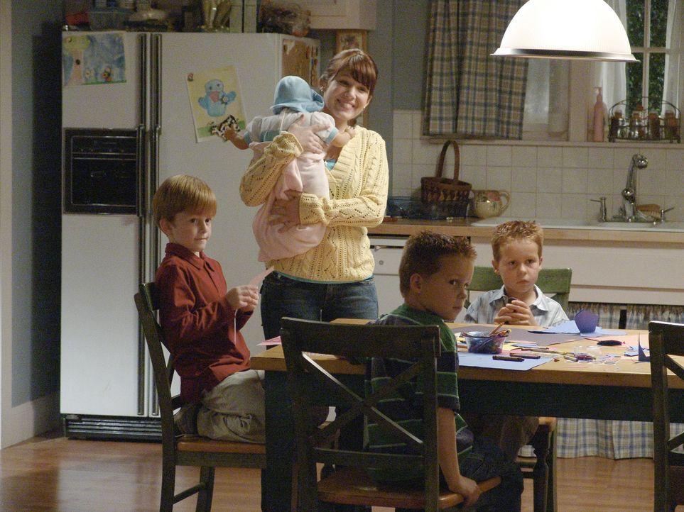 Um sicher zu sein, dass Claire (Marla Sokoloff, M.) gut mit ihren Kinder umgeht, installiert Lynette eine Überwachungskamera im Haus ... - Bildquelle: Touchstone Pictures