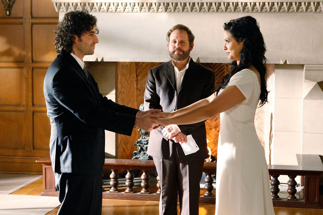 Bevor Charlie (David Krumholtz, l.) und Amita (Navi Rawat, r.) ihre Gastprofessur in Cambridge antreten, heiraten sie im Freundes- und Familienkreis... - Bildquelle: Paramount Network Television