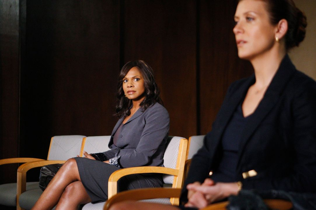 Beim Streit um das Sorgerecht zwischen Pete und Violet für Lucas müssen Naomi (Audra McDonald, l.) und Addison (Kate Walsh, r.) sich für eine Sei... - Bildquelle: ABC Studios